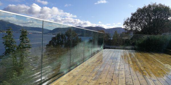 stolpefritt glassrekkverk