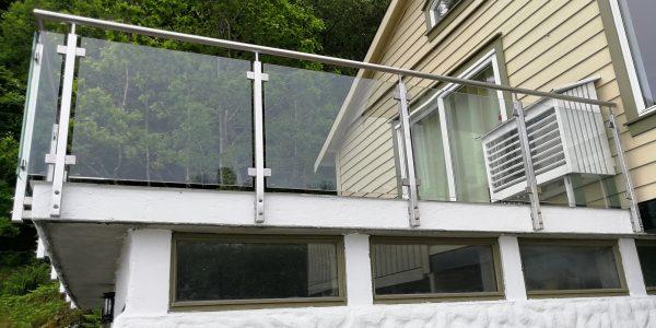 Glassrekkverk med klemmer